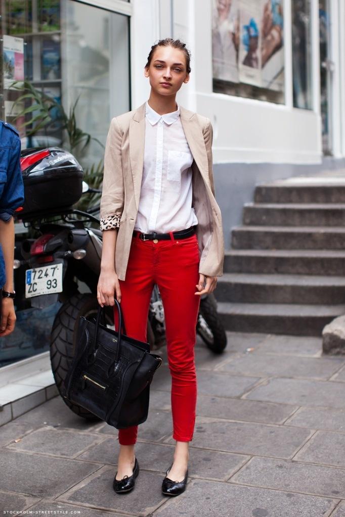calça vermelha bege
