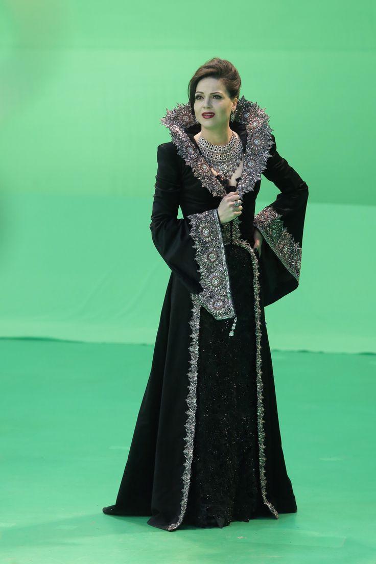 regina vestido preto com pratra