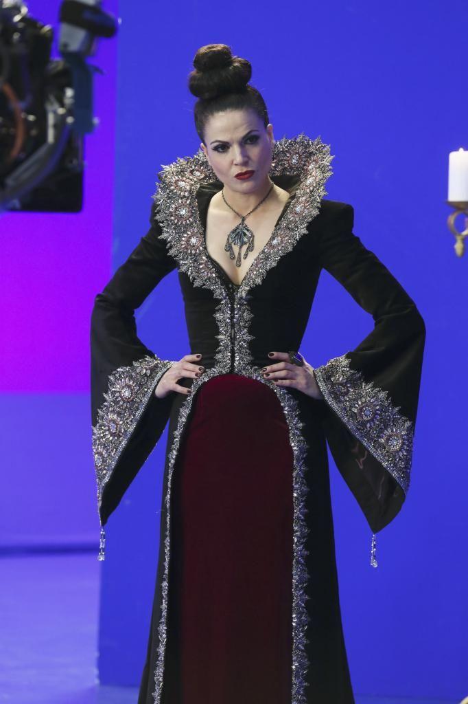 regina vestido preto com vermelho