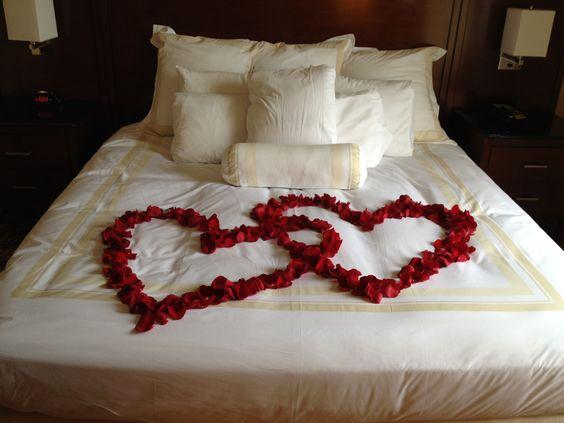 petalas na cama corações